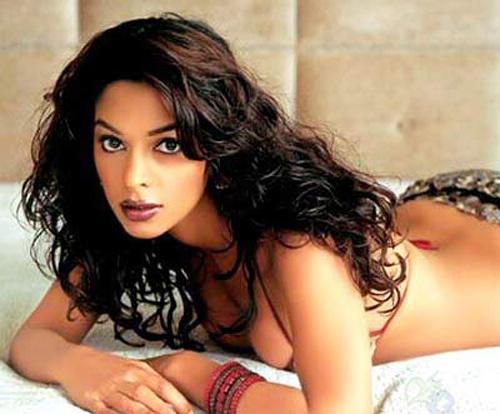 Ci-dessous un extrait du film The Myth, où elle apparaît aux ...: www.djoh.net/inde/mallika-sherawat-nue-non-pas-cette-fois