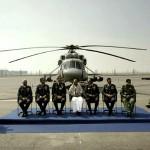 Ministere de la défense A.K. Antony devant un hélicoptère de transport russe